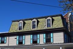 Mansarda stylu dach na domu w przylądku Maj, Nowy - bydło obraz stock