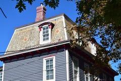 Mansarda stylu dach na domu w przylądku Maj, Nowy - bydło zdjęcie stock