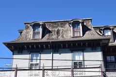 Mansarda stylu dach na domu w przylądku Maj, Nowy - bydło zdjęcia stock