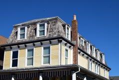 Mansarda stylu dach na domu w przylądku Maj, Nowy - bydło zdjęcia royalty free