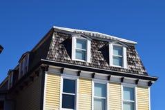 Mansarda stylu dach na domu w przylądku Maj, Nowy - bydło fotografia royalty free