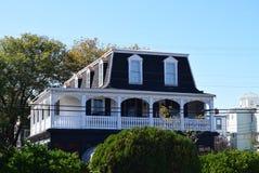 Mansarda stylu dach na domu w przylądku Maj, Nowy - bydło fotografia stock