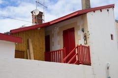 Mansarda w Arcachon z czerwonym drzwi i czerwieni dachem obraz stock