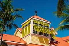 Mansarda z otwartym żółtym okno zamyka w Nassau, Bahamas fotografia royalty free