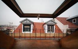Mansardy lub skylight okno na attyku z widokiem na zdjęcia royalty free
