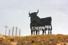 'Manschauvinismbytens handstil på en stor sköld som formas som en tjur i Spanien arkivfoto
