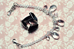 Manschett-anknyter och halsbandet Royaltyfria Bilder
