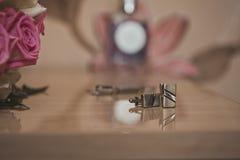 Manschettknappar på en tabell Royaltyfria Foton
