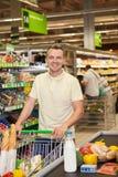 Manshopping i en supermarket royaltyfri bild