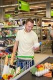 Manshopping i en supermarket royaltyfria foton