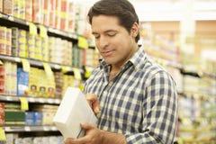Manshopping i supermarket royaltyfri bild