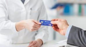 Manshopping med en kreditkort arkivbild