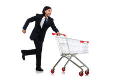 Manshopping med supermarketkorgvagnen Arkivbild
