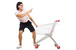 Manshopping med supermarketkorgvagnen Arkivfoto