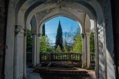Mansión abandonada vieja Balcón con las columnas y hermosa vista al parque y al Mar Negro Fotografía de archivo libre de regalías