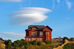 Mansión con una nube fotos de archivo libres de regalías