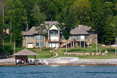 Mansión de la línea de costa con la piscina, barco, esquís del jet Imágenes de archivo libres de regalías