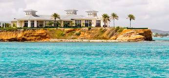 Mansión de lujo de la línea de costa en Antigua Foto de archivo libre de regalías