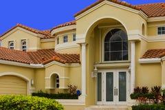 Mansión de lujo del hogar unifamiliar con el cielo azul Imagenes de archivo