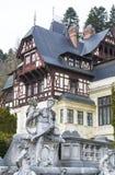 Mansión elegante del renacimiento con las estatuas Fotos de archivo