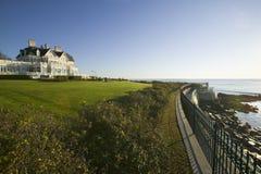 Mansión en Cliff Walk, mansiones del verano de Cliffside de Newport Rhode Island Imagen de archivo libre de regalías