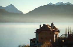 Mansión encendido a orillas del lago Imagen de archivo libre de regalías