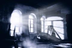 Mansión frecuentada oscura y espeluznante en la noche fotos de archivo libres de regalías