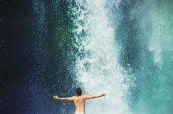Mansimning i en vattenfall Royaltyfri Fotografi
