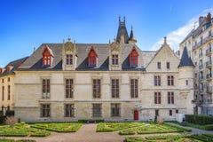 Mansion Hotel de Sens y su jardín en París Imágenes de archivo libres de regalías