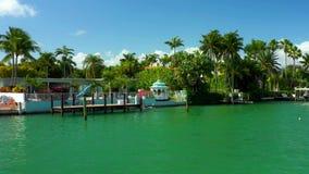 Mansiones de lujo de Miami Beach del acercamiento aéreo almacen de metraje de vídeo