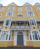 Mansiones de St Aubyns en reyes Esplanade, levantada, East Sussex, Reino Unido La mostaza restaurada coloreó el bloque de viviend fotos de archivo libres de regalías