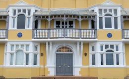 Mansiones de St Aubyns en reyes Esplanade, levantada, East Sussex, Reino Unido La mostaza restaurada coloreó el bloque de viviend imágenes de archivo libres de regalías