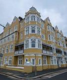 Mansiones de St Aubyns en reyes Esplanade, levantada, East Sussex, Reino Unido La mostaza restaurada coloreó el bloque de viviend foto de archivo libre de regalías