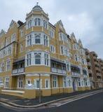 Mansiones de St Aubyns en reyes Esplanade, levantada, East Sussex, Reino Unido La mostaza restaurada coloreó el bloque de viviend imagen de archivo