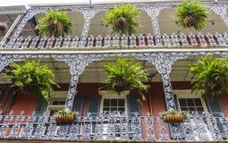 Mansiones típicas de New Orleans con el balcón del hierro - NEW ORLEANS, LUISIANA - 18 de abril de 2016 Foto de archivo