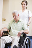mansjuksköterska som skjuter rullstolen Royaltyfria Foton