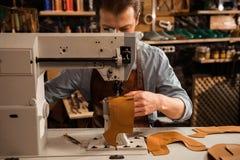 Manskomakare som syr läderpatrs Fotografering för Bildbyråer