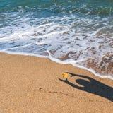 Manskugga p? den varma havssanden arkivfoton