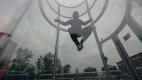 Manskydiveren flyger i vindtunnel Flyga i en vindtunnel extrema sportar royaltyfri fotografi