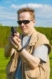 Manskyttet från sportvapnet Se kameran Arkivbild