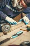 Mansnickare i hans hem- manufactory Royaltyfri Foto