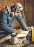 Mansnickare i hans hem- manufactory Arkivfoton