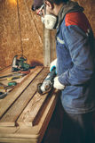 Mansnickare i hans hem- manufactory Fotografering för Bildbyråer