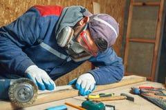 Mansnickare i hans hem- manufactory Arkivfoto