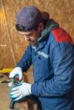Mansnickare i hans hem- manufactory Arkivbilder