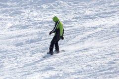 Mansnowboarding i vintern Arkivfoto