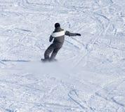 Mansnowboarding i vintern Arkivfoton