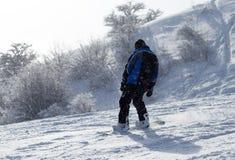 Mansnowboarding i vintern Arkivbild