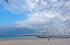 Manspring på den sandiga stranden Arkivbild