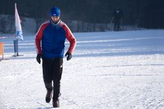 Manspring på snö under den kalla vintern - Ryssland Berezniki 11 mars 2018 Royaltyfri Fotografi